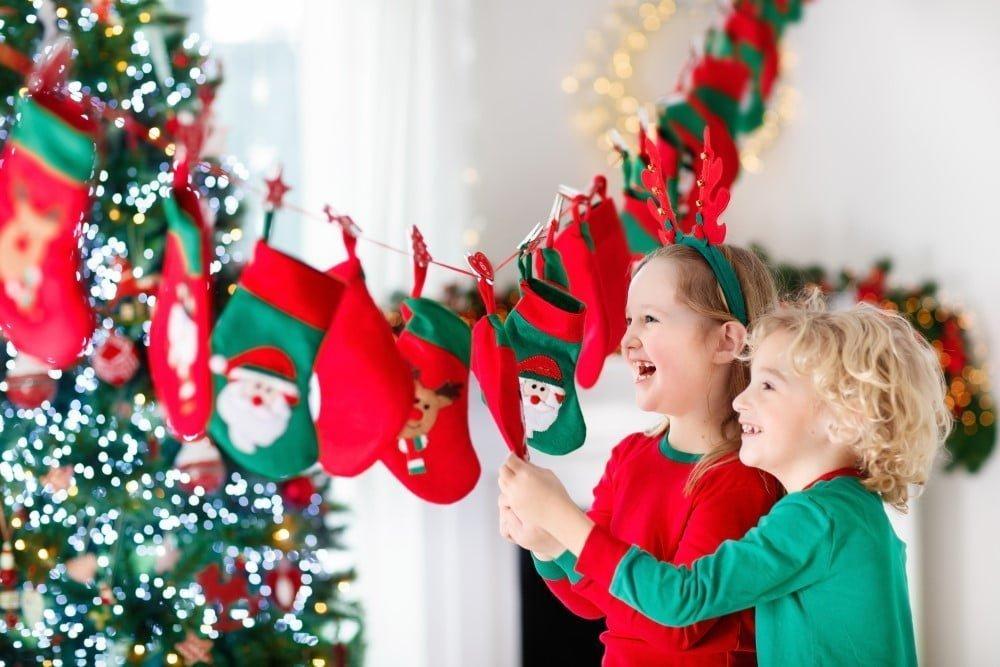 Børn der spændt tjekker deres kalendergaver
